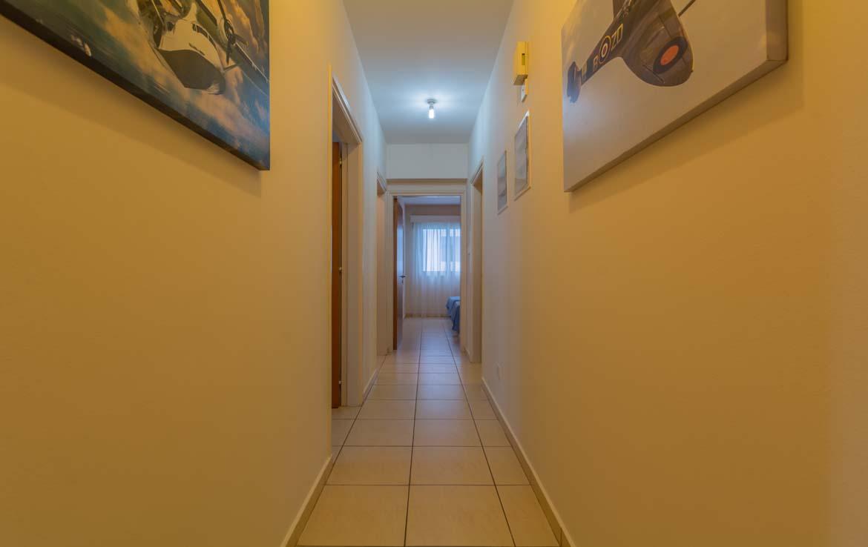 Корридор в трехспальной квартире в Ларнаке