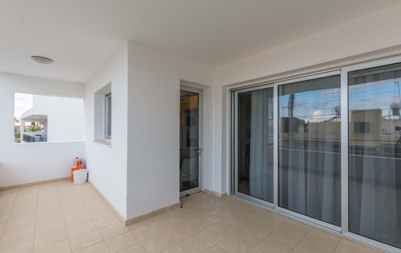 Балкон в трехспальной квартире на продажу