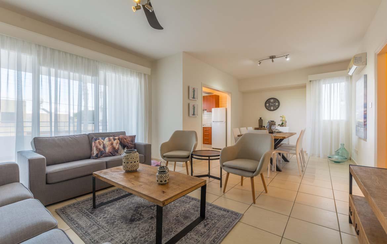 Гостинная зона в просторной квартире в Ларнаке