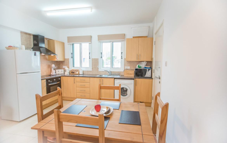 Кухня в двуспальной квартире на Кипре