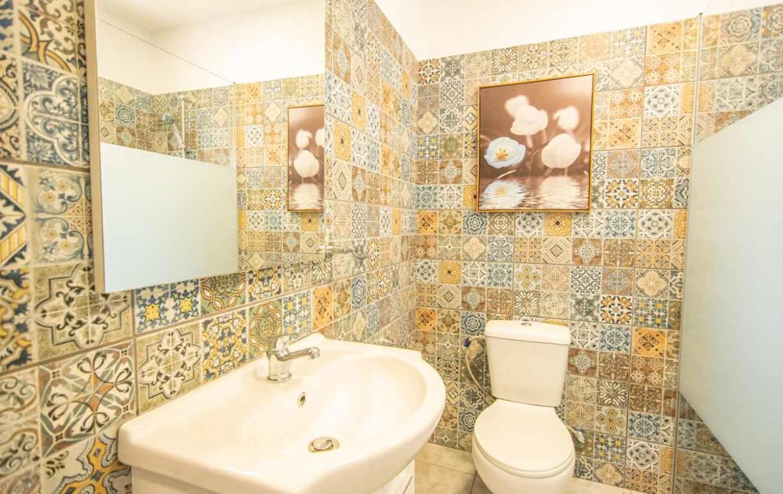 Ванная в квартире в Деринье