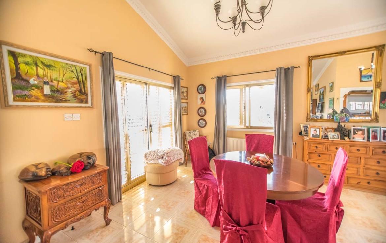 Дом в Ахне на продажу - гостиная