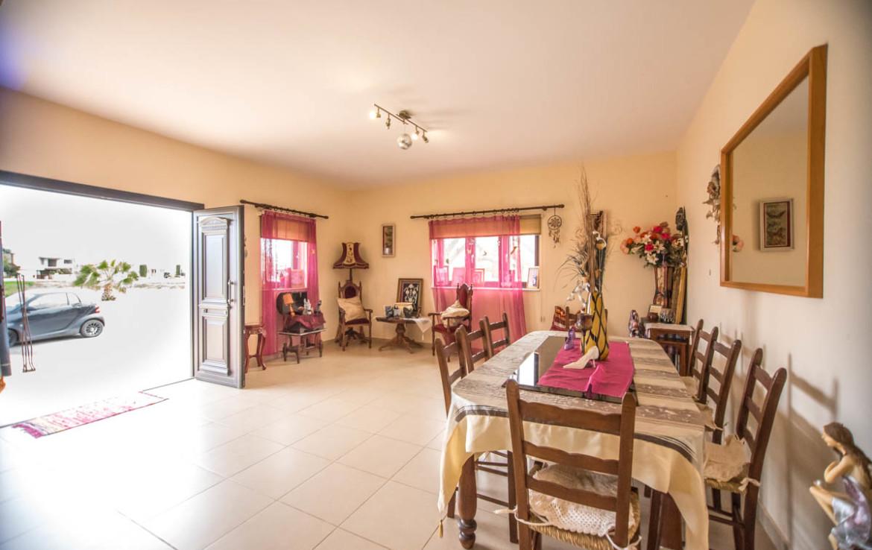 Просторная гостиная в бунгало в Сотире