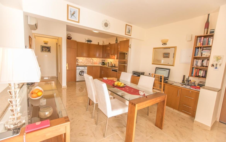 Кухня и столовая область в двуспальной квартире на продажу