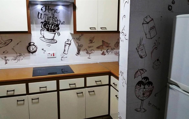 Кухня в просторном доме в Айа Напе