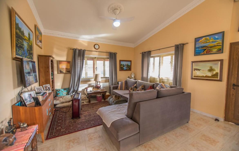 Гостиная в доме на продажу в Ахне
