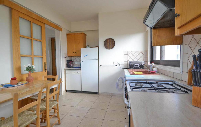 Кухня в двуспальной квартире на продажу в Ларнаке