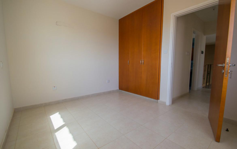 Просторная спальня в доме на продажу