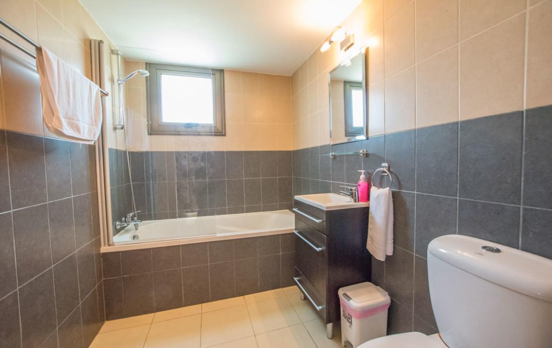 Ванная комната в доме на продажу в Айа Текле