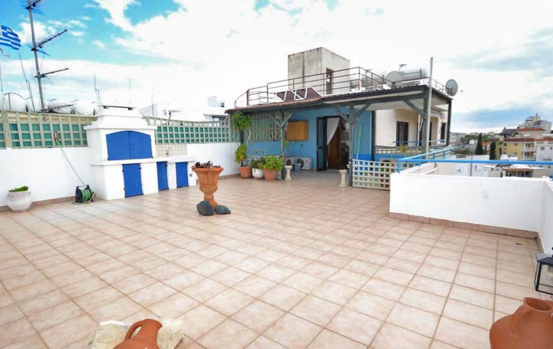 Огромная веранда в двуспальной квартире на продажу в Ларнаке