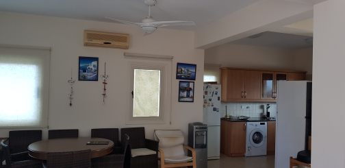 Кухня и столовая область в доме в Пернере