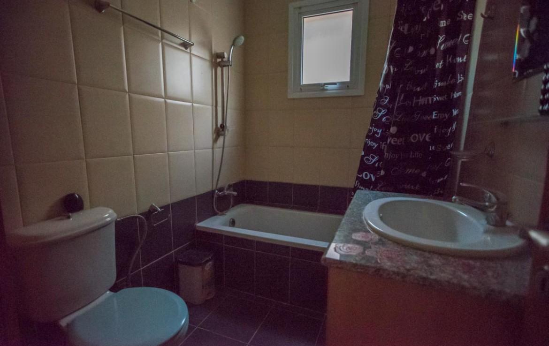 Ванная комната в двуспальной кватире в Паралимни