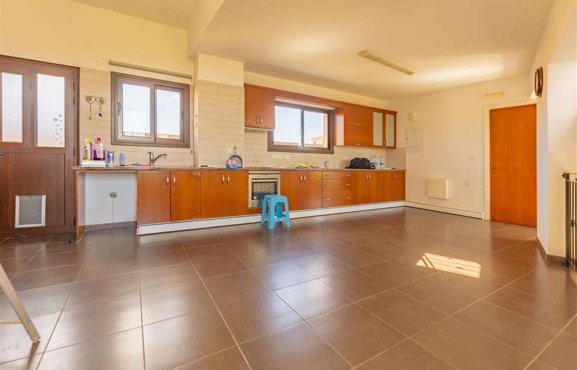 Просторная кухня в доме в Лиопетри