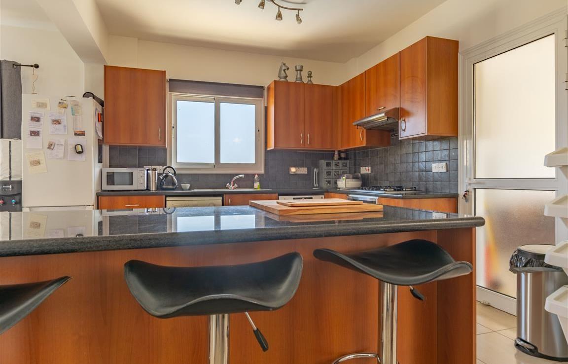 Современная кухня в доме на продажу