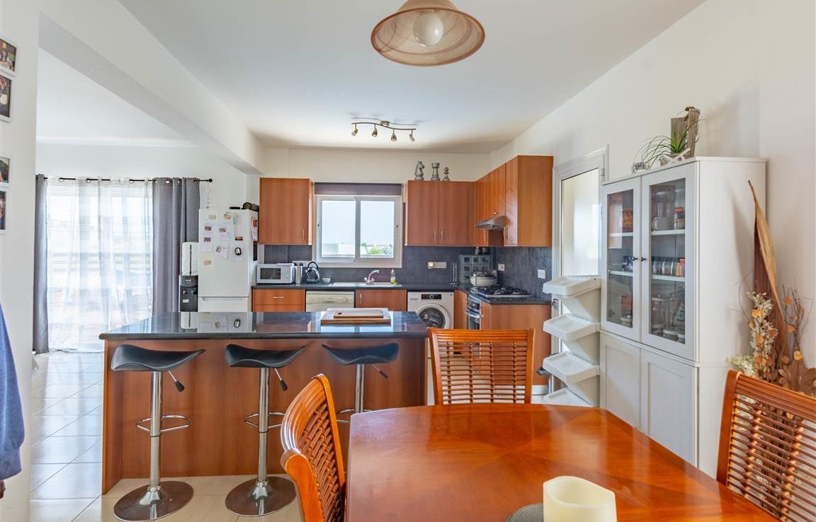 Просторная кухня в доме на продажу