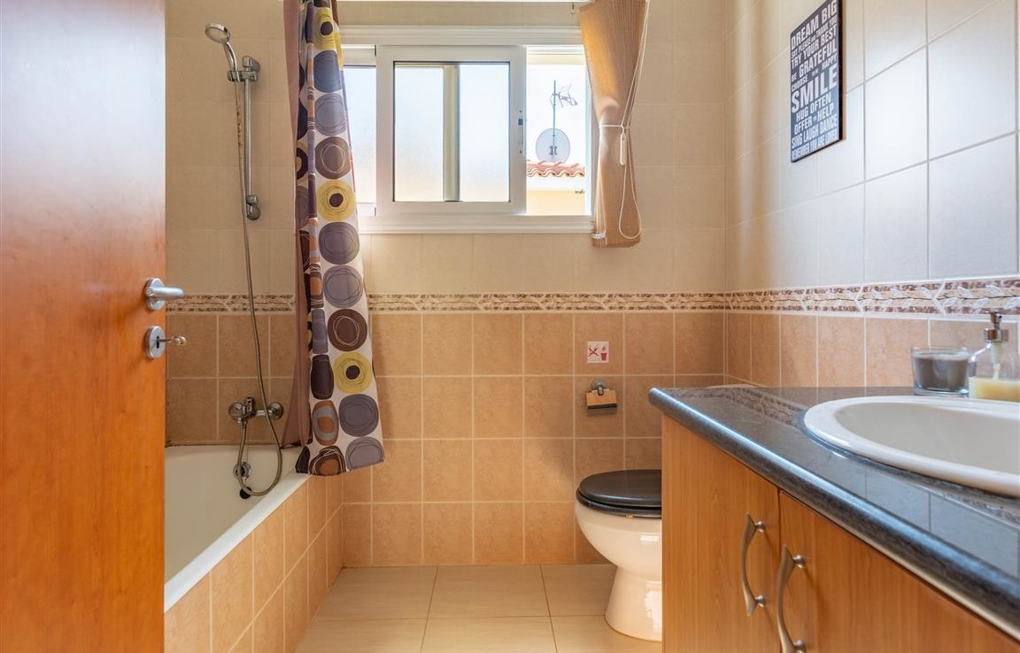 Ванная комната в доме в Сотире