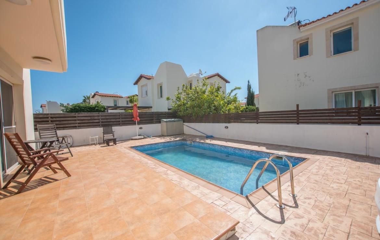 Дом в Пернере с бассейном на продажу