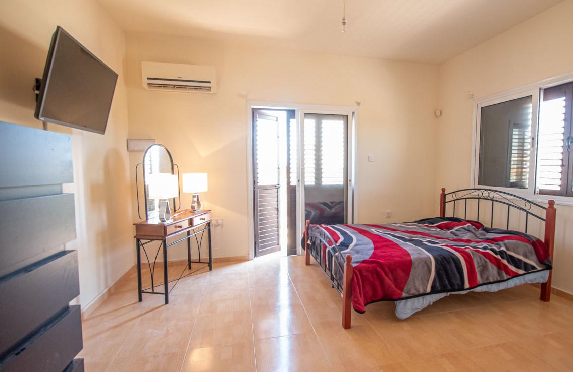 Спальня в доме в Паралимни