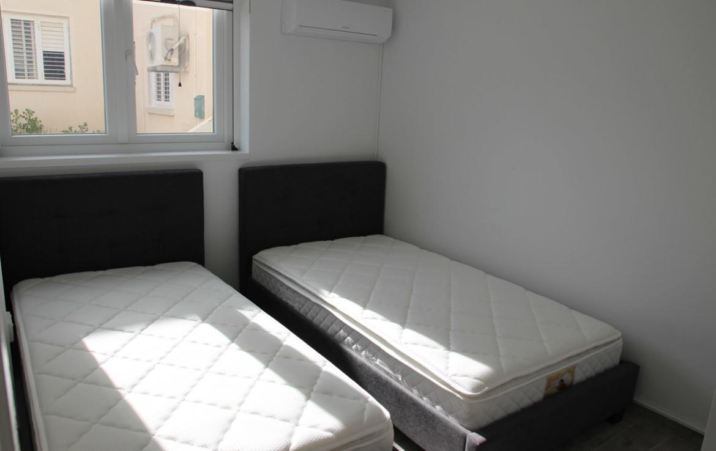 Спальня в квартире на первом этаже