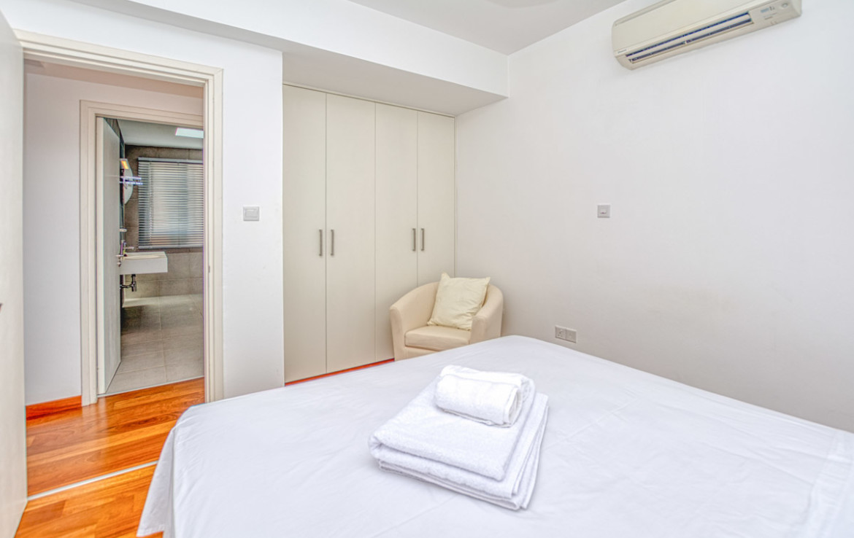 Спальня в современной квартире