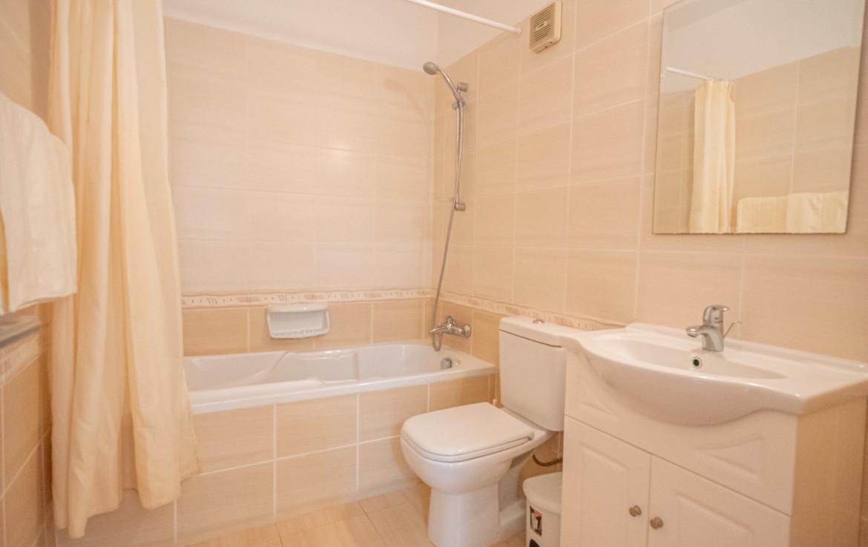 ванная комната в квартире в Паралимни