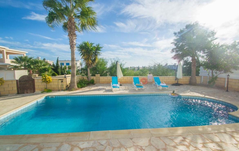 Купить дом с бассейном