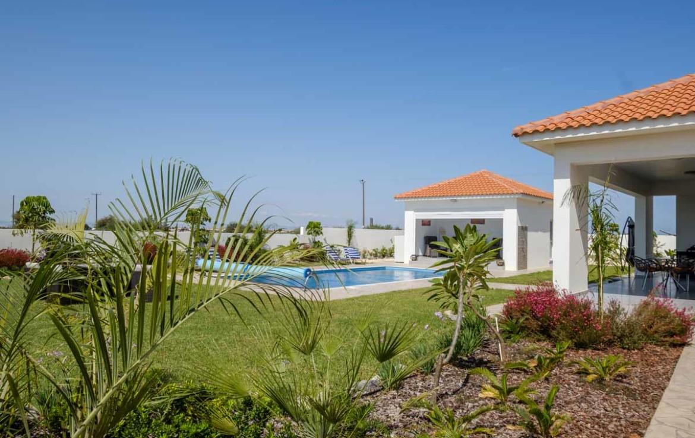 Дом с бассейном на продажу во Врисуллес