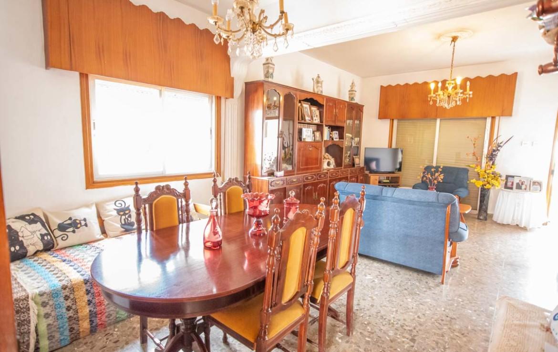 Купить дом в Деринье - столовая