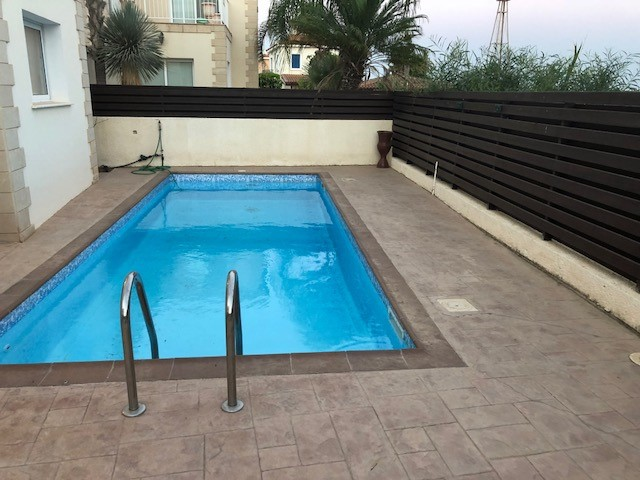 Дом с бассейном на продажу