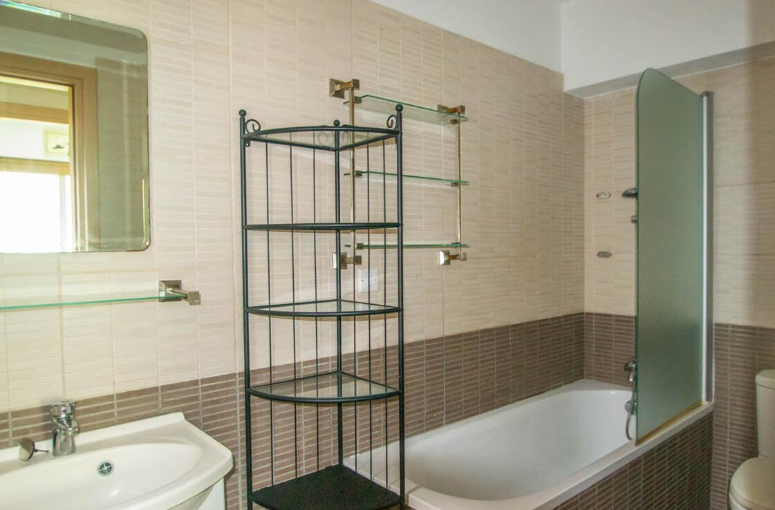апартаменты с титулом в Паралимни - ванная