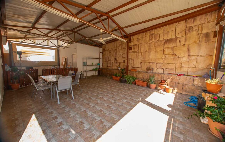 Купить дом в Ларнаке - задний дворик
