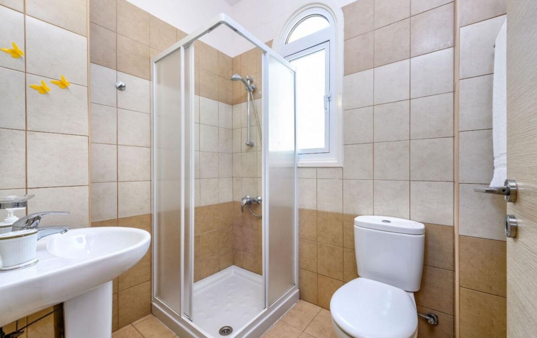 Трехспальная вилла с бассейном в Каппарисе - гостевой туалет с душевой