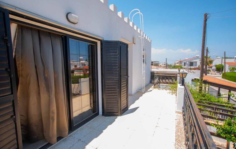 купить дом в Деринье - балкон