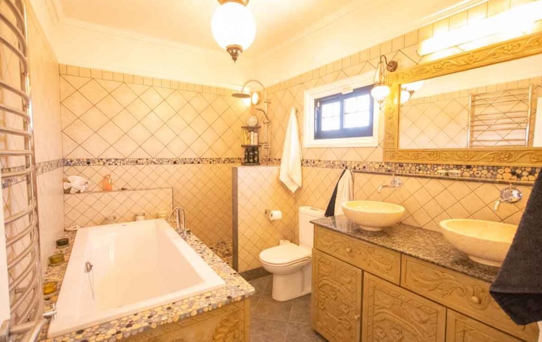 Дом в Деринье - ванная