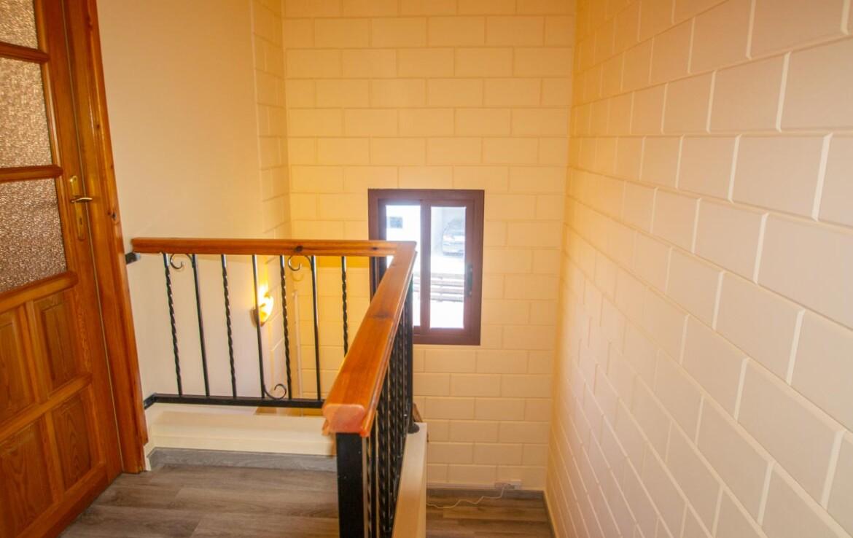 Двуспальный дом в Лиопетри - лестница